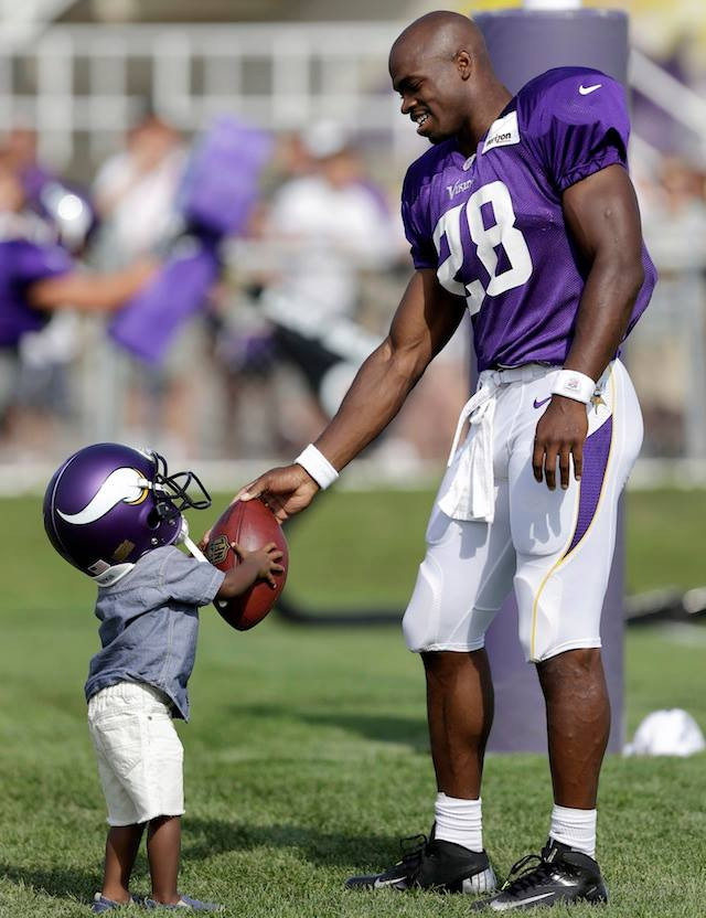 iOpZJlGavlGyO Minnesota Vikings RB Adrian Peterson's Son Dies After Being Assaulted