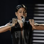 Rihanna – Diamonds (Live At 2013 AMAs) (Video)