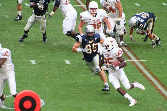 1024px-College_football_-_Texas_Longhorns_vs_Rice_Owls_-_tailback_Jamaal_Charles_rushing_-_2006-09-16 Let These Young Men Get Paid: The University of Texas Agrees To Pay Student-Athletes 10k Each