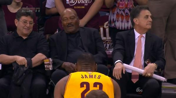 CHGe_FkWkAEx22A Lebron James Pays Homage To NFL Legend Jim Brown Pregame (Video)