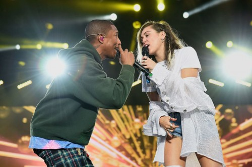 "pharrell-miley-cyrus-500x331 Pharrell & Miley Cyrus Perform ""Happy"" At One Love Manchester!"